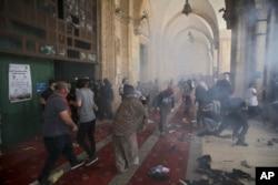 Warga Palestina bentrok dengan pasukan keamanan Israel di kompleks Masjid Al Aqsa di Kota Tua Yerusalem, Senin, 10 Mei 2021.