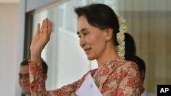 미얀마의 최고 실권자인 아웅산 수치 외교장관 겸 국가자문역이 18일 수도 네피도에서 열린 기자회견을 마치고 손을 흔들고 있다.