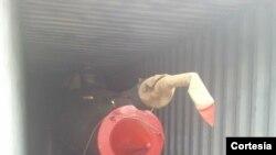 Otra imagen publicada en la cuenta de Twitter del presidente de Panamá, Ricardo Martinelli,de un avión MiG21 en el contenedor.