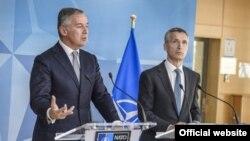Crnogorski premijer Milo Đukanović na konferenciji za novinare sa generalnim sekretarom NATO-a Jensom Stoltenbergom