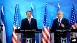 جان بینر و بنیامین نتانیاهو در کنفرانس خبری در دفتر نخست وزیری اسرائیل، اورشلیم. ۱ آوریل ۲۰۱۵