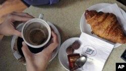 以色列特拉维夫一家快餐店顾客杯子里的咖啡渣