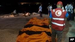 Lực lượng cứu hộ tập trung quanh thi thể của các di dân bị chết đuối ở Zuwara, Libya, hôm 27/8/2015.
