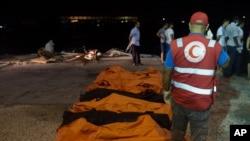 27일 리비아 주와라 항에서 구조대가 사망한 난민들의 시체를 수습하고 있다.