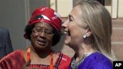 Presiden Malawi Joyce Banda (kiri) menyambut kunjungan Menlu AS Hillary Clinton di ibukota Lilongwe, Malawi hari Minggu (5/8).