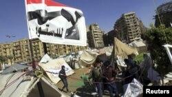 埃及示威者12月10日在首都開羅解放廣場紮營﹐手持反對憲法公投的旗幟持續進行抗議