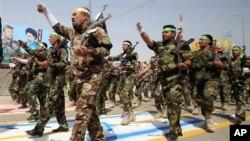 Milicianos chiitas desfilan al sureste de Bagdad antes de ir a combatir contra los sunitas del Estado Islámico de Irak y el Levante.