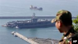 """5月11日,一名韓國軍人在在釜山港觀看靠港停留的""""尼米茲號""""核動力航空母艦"""