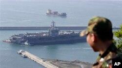 Tàu sân bay USS Nimitz cặp cảng Busan của Nam Triều Tiên hôm thứ bảy 11 tháng 5, 2013.