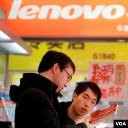 Seorang konsumen sedang melihat-lihat produk komputer di toko Lenovo di Beijing. Perekonomian Asia diperkirakan tetap tumbuh pesat di tahun 2011, tapi tidak akan seperti tahun lalu.