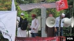 Aksi demonstrasi di luar persidangan kasus dugaan penistaan agama yang dilakukan Gurbernur DKI Jakarta non aktif Basuki Tjahaja Purnama, hari Selasa (17/1). (foto: VOA/Fathiyah Wardah)