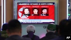 南韓民眾在首爾火車站觀看三名韓裔美國公民在北韓被拘押的電視新聞。(2018年5月3日)