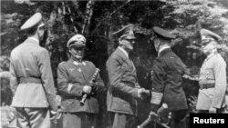 آدولف هیتلر و گروهی از مقامان آلمان نازی