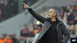 Kepala pelatih Madrid, Jose Mourinho berada di tepi lapangan pada suatu pertandingan. (Foto: Dok)