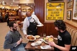 Restoran di kota New York diharuskan untuk mensyaratkan pelanggan menunjukkan bukti vaksinasi untuk makan dalam ruangan mulai 16 Agustus (foto: ilustrasi).