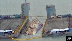 23일 전남 진도군 사고 해역에서 작업자들이 수면 위로 떠오른 세월호 인양 작업을 하고 있다.