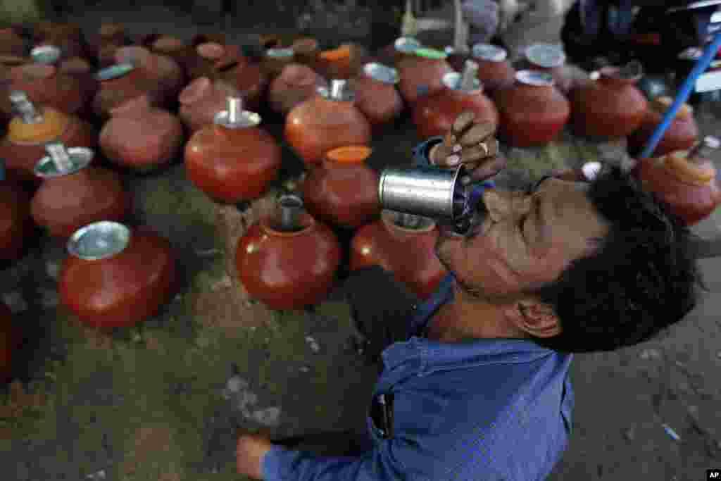 روز گرم در احمدآباد هند که دما به ۴۰ درجه رسید.