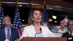 លោកស្រី Nancy Pelosi អ្នកដឹកនាំសំឡេងភាគតិចក្នុងរដ្ឋសភា ក្នុងសន្និសីទសារព័ត៌មានមួយនៅរដ្ឋធានីវ៉ាស៊ីនតោន កាលពីខែកក្កដា។