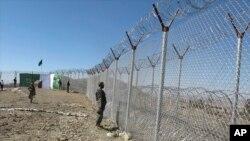 حصار مرزی که پاکستان در منطقه انگور اده در مرز با افغانستان احداث کرده است.
