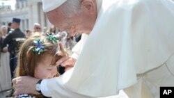 El papa Francisco bendijo a Lizzy Myeres, de 5 años, en el Vaticano.