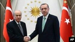 Di vê wêneya arşîvê de Erdogan û Bahçelî