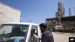 Patrouille d'un combattant du CNT dans une raffinerie proche de Zawiyah (19 août 2011)