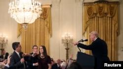 Predsjednik SAD Donald Trump raspravlja se sa novinarom CNN-a Jimom Acostom