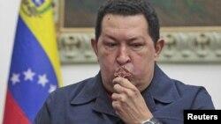 El presidente Hugo Chávez besa un crucifijo antes de viajar a La Habana para su cuarta operación de cáncer.