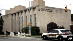 Mobil polisi di dekat sinagoge Tree of Life/Or L'Simcha Synagogue di Pittsburgh, Pennsylvania, 29 Oktober 2018.