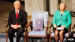 Una silla vacía con el Premio Nobel de Liu Xiabo, quien guarda prisión en China, se mostró de forma simbólica durante la ceremonia anual de este premio. Al lado izquierdo el presidente del Comité Nobel Thorbjorn Jagland.