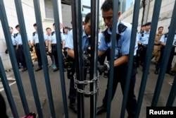 2019年6月21日,在抗議者試圖闖入後,警察鎖住了警察總部的大門。