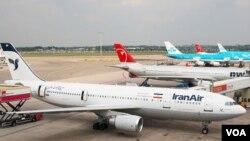 Sebuah pesawat Airbus A300 milik Iran Air di bandara Schiphol, Amsterdam (foto: dok.). Pesawat-pesawat Iran ditolak mengisi bahan bakar di beberapa negara Eropa sebagai bagian dari sanksi internasional.
