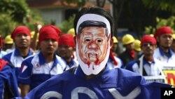 Một công nhân Indonesia đeo mặt nạ hình Tổng thống Indonesia Susilo Bambang Yudhoyono trong một cuộc biểu tình nhân ngày lễ Lao động Quốc tế tại Jakarta, 1 tháng 5, 2012