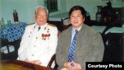 Tiến sĩ Cù Huy Hà Vũ và đại tướng Lê Đức Anh, cựu Chủ TỊch Nước Việt Nam. (Hình: Cù Huy Hà Vũ cung cấp)