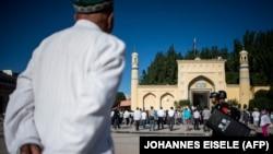 一名穆斯林男性来到新疆喀什的艾提尕尔清真寺参加开斋节晨祷。(2017年6月26日)