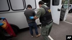 Una demanda colectiva acusa a agentes federales en Baltimore de atraer a familias a interrogatorios sobre su matrimonio solo para detener al cónyuge inmigrante para deportarlo.