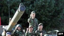 Prezident Li Myon Bak har qanday provokatsiya va agressiyaga qarshi yechim bor, deydi. Bular qudratli armiya va milliy yakdillikdir.