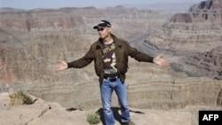 Ив Росси на краю Большого Каньона.