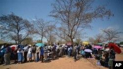 Para pemilih mengantri di TPS di Gaberone, Botswana, Jumat, 24 Oktober 2014.