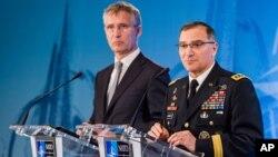 커티스 스캐퍼로티 북대서양조약기구 신임 최고사령관(오른쪽)이 4일 벨기에 나토군 사령본부에서 공식 취임식을 가진 후 기자회견을 하고 있다.