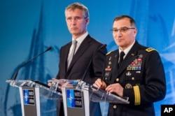 出任北约欧洲盟军最高司令的美国将军斯卡帕罗蒂(右)和北约秘书长斯托尔滕贝格(2016年5月5日)