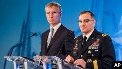 北约秘书长斯托尔滕贝格和出任北约欧洲盟军最高司令的美国将军斯卡帕罗蒂(右)(2016年5月4日)