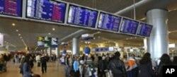 機場內擠滿著急的旅客