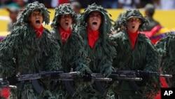 Miembros de un batallón de francotiradores venezolanos participan en el defile conmemorativo del primer aniversario de la muerte de Hugo Chávez.