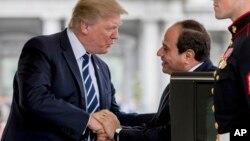 Президент США Дональд Трамп приветствует президента Египта Абделя Фаттаха ас-Сиси. Белый дом, Вашингтон. 3 апреля 2017 г.