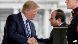 ប្រធានាធិបតីអាមេរិក លោក ដូណាល់ ត្រាំ ស្វាគមន៍ប្រធានាធិបតីអេហ្ស៊ីប លោក Abdel Fattah Al-Sisi នៅពេលលោកមកដល់សេតវិមាន កាលពីថ្ងៃទី៣ ខែមេសា។