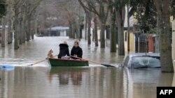 Kota kecil Villeneuve-Saint-Georges di pinggiran Paris, Perancis terendam oleh banjir sejak beberapa hari lalu (24/1).