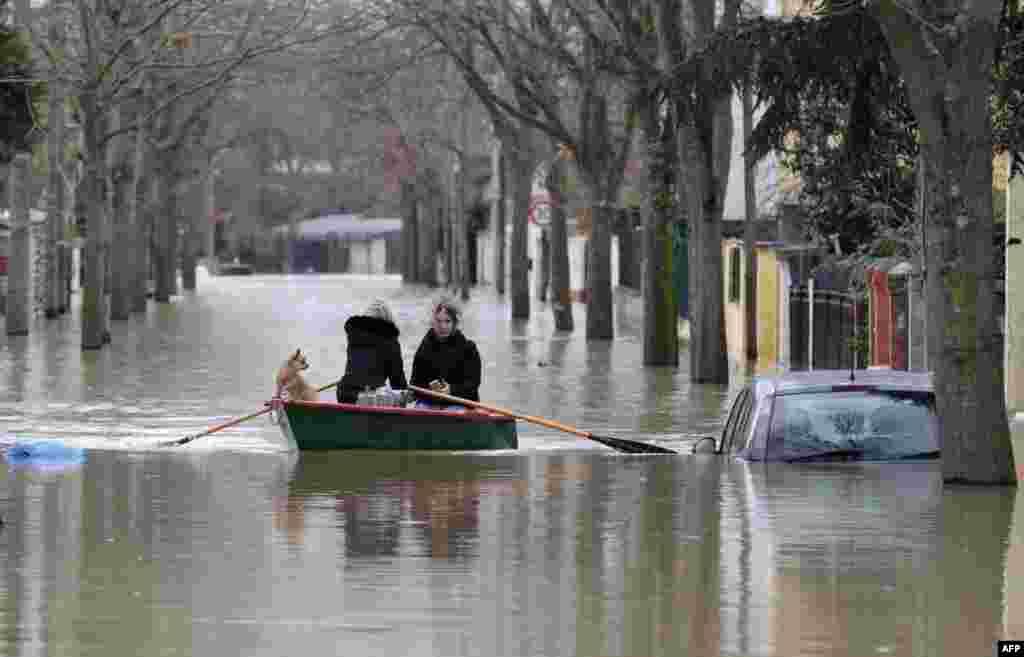ادامه آب گرفتگی معابر پاریس؛ ساکنان با قایق در خیابان های شهر حرکت می کنند.