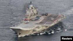 Kapal induk Rusia, Admiral Kuznetsov, salah satu kapal perang Rusia yang akan bergabung dalam operasi militer di Suriah (foto: ilustrasi).