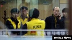 북한이 12일 3차 핵실험을 강행한 가운데 상황실에 모인 원자력안전기술원 연구원들.
